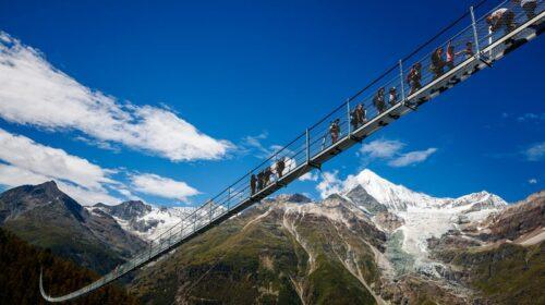 Kabamasis Čarlzo Kuoneno pėsčiųjų tiltas Šveicarijoje.