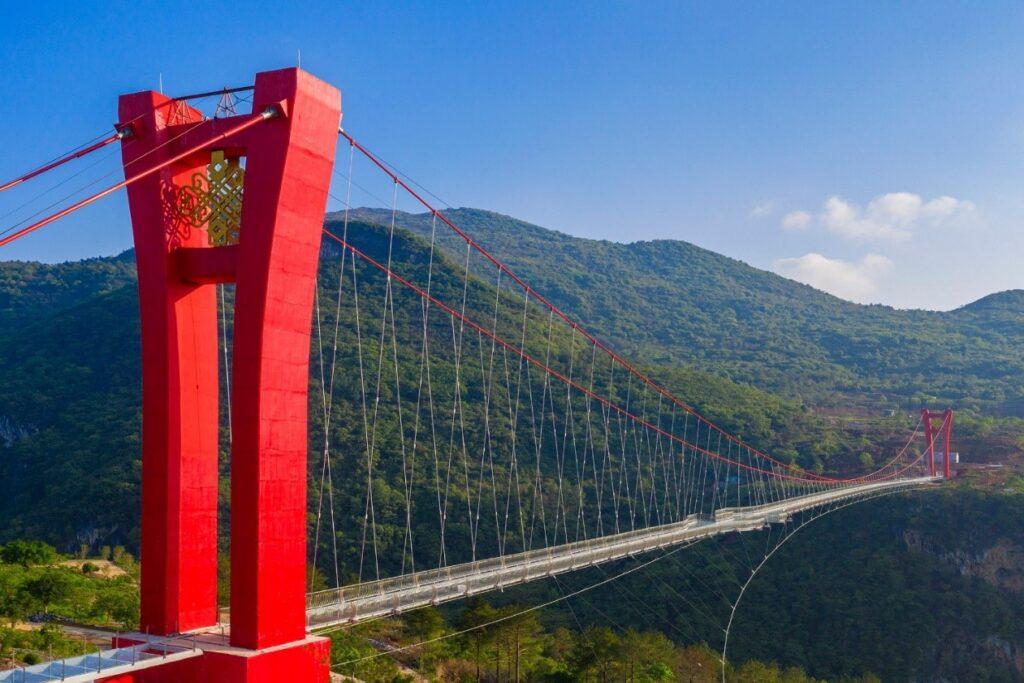 Kabamasis stiklo tiltas Kinijoje per Liandziango upę Guangdongo provincijoje