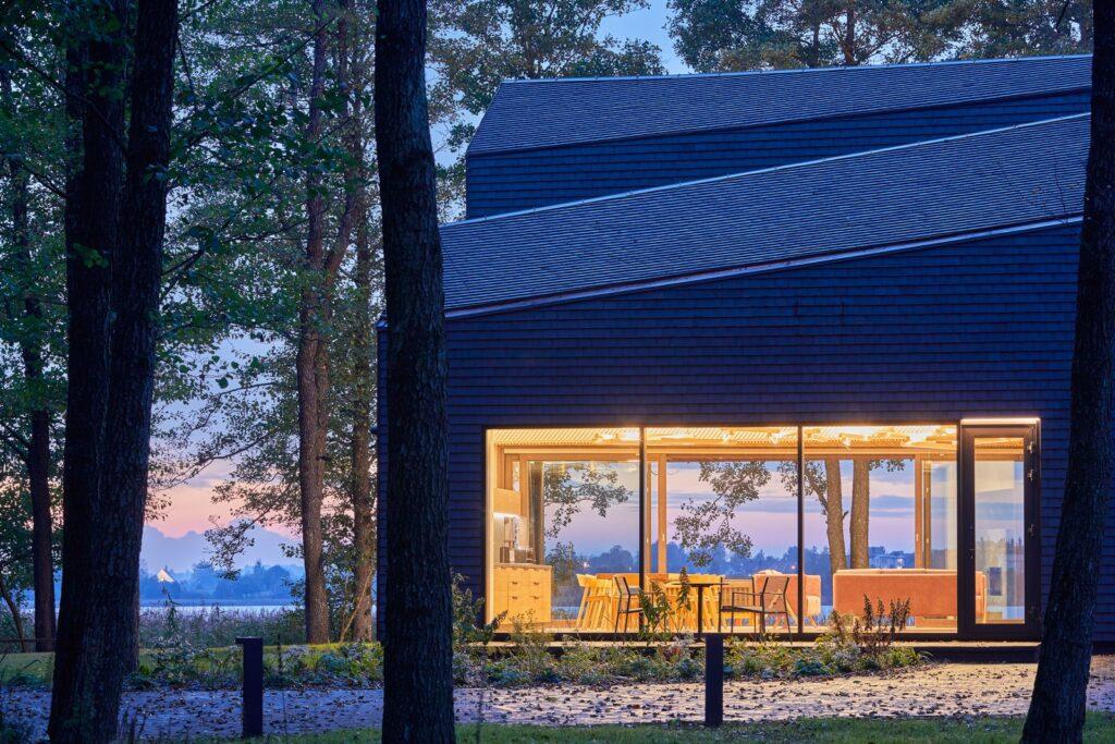 Namas ant ežero kranto
