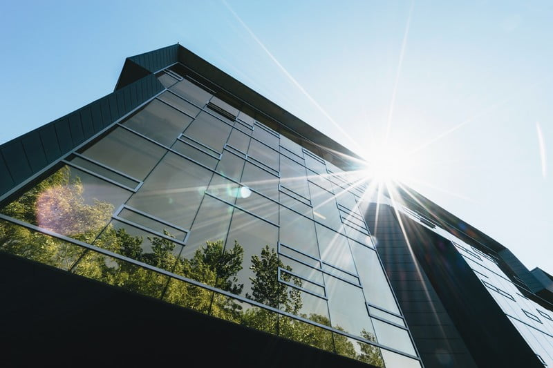 Stiklinis pastatas, saulės blyksnis