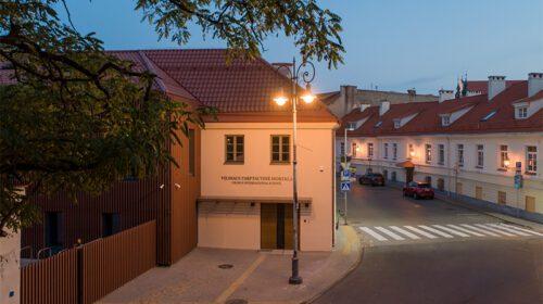 Įėjimas į mokyklą be slenksčio ir laiptų, taktiliniai vedimo takai (A. Slapikaitės nuotr.)