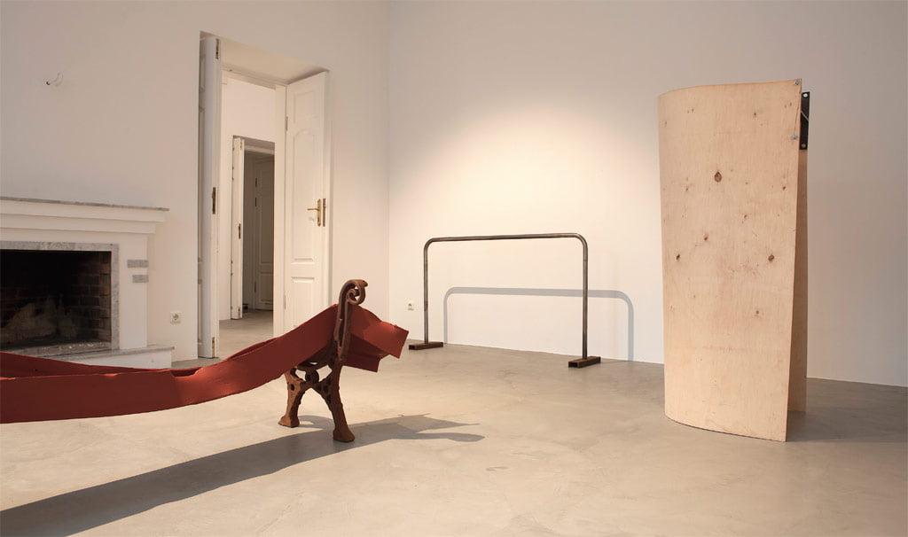 """Rimanto Milkinto parodos """"Daugmaž vidurdienis"""" fragmentas. Galerija """"AV17""""."""