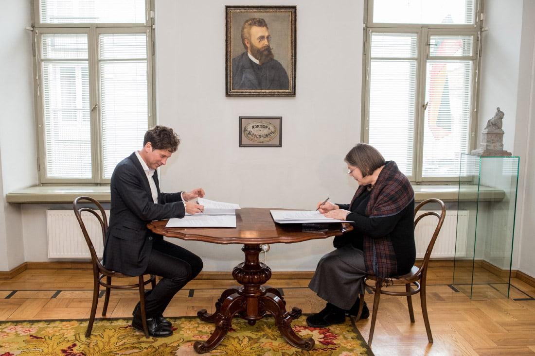 """""""MG Baltic"""" prezidentas Darius Mockus ir Nacionalinio muziejaus direktorė Birutė Kulnytė."""