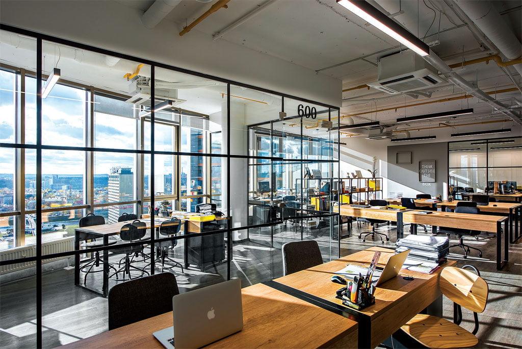 Biuro interjere vyrauja industrinio stiliaus linija. Gintaro Morkūno nuotr.