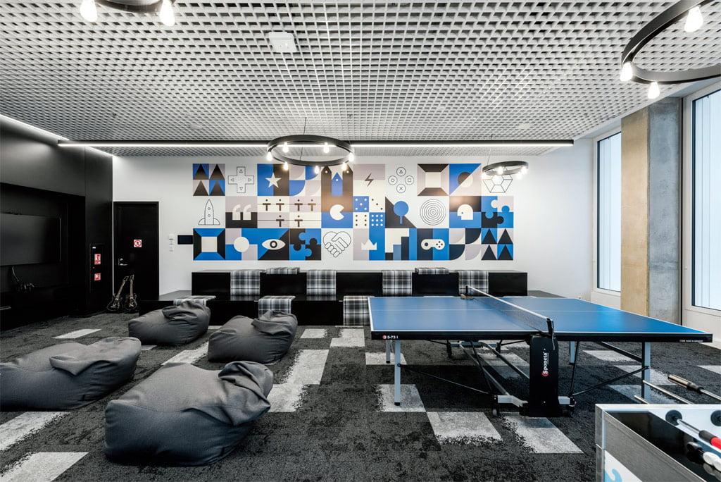 Labai svarbūs interjere grafikos dizainerio Antano Laukaičio sukurti darbai. Leono Garbačausko nuotr.