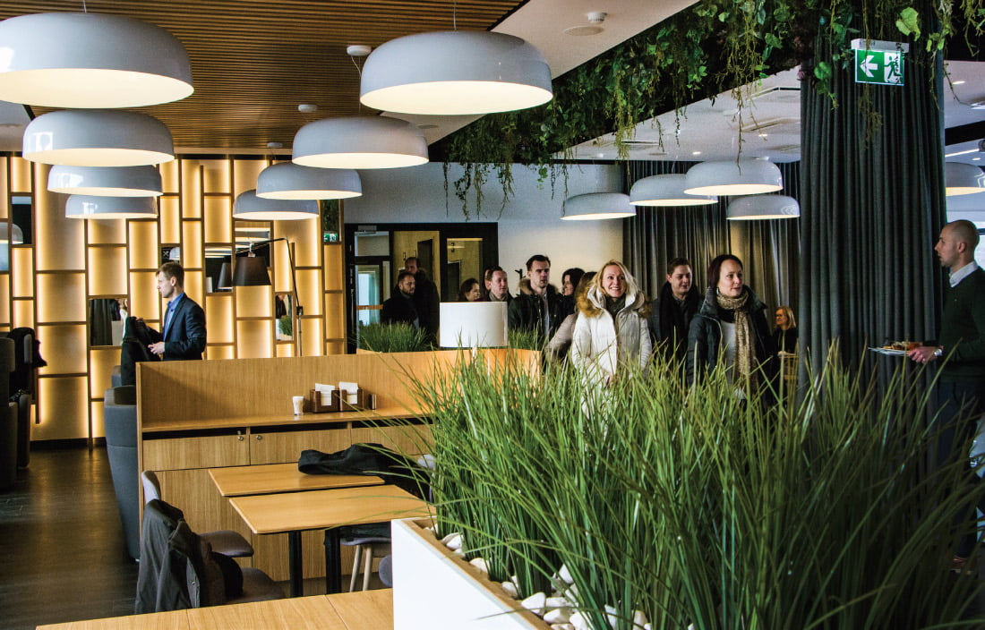 Restorano lubose integruoti dekoratyvūs dirbtiniai augalai. Ligitos Vaitkutės nuotr.