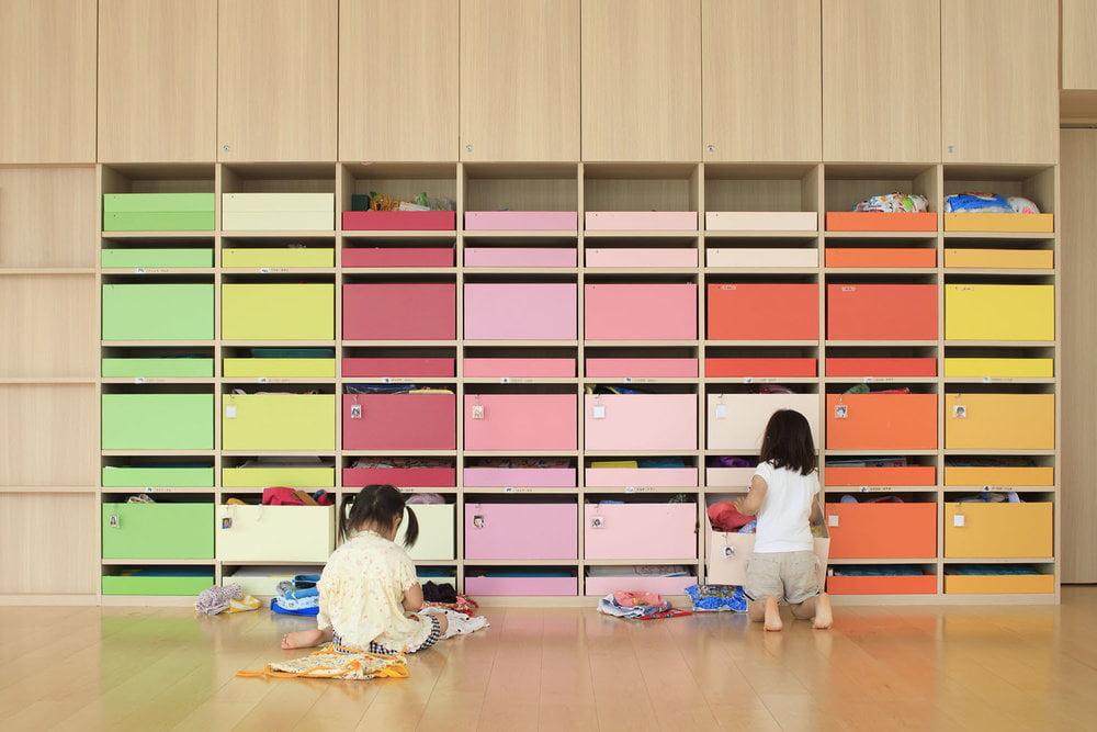 Pagrindinei erdvei komponuoti naudojamos mobiliosios komodos su ratukais. Jos prireikus perstumiamos į reikiamą vietą. Daisuke Shima nuotr.