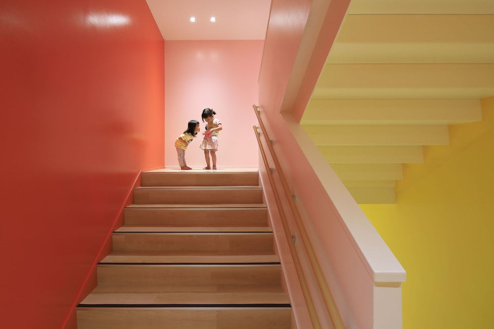 Laiptinei, jungiančiai 4 aukštus, sienoms panaudota net 18 atspalvių, kurie keičiasi kylant ir leidžiantis. Daisuke Shima nuotr.