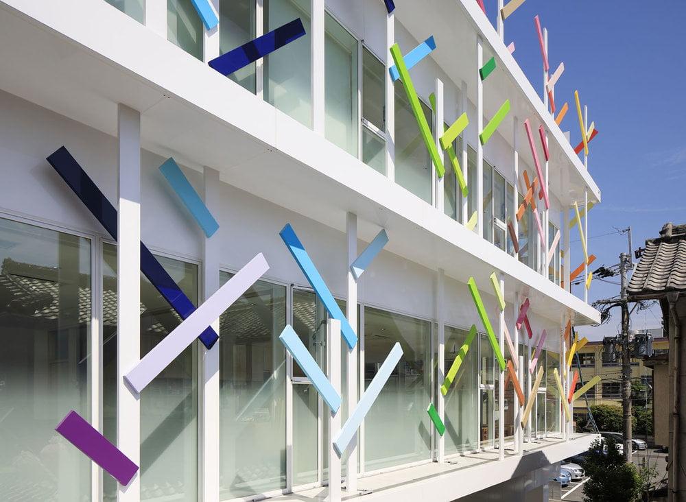 Fasadams dekoruoti sukurti spalvingi stilizuoti medeliai. Daisuke Shima nuotr.