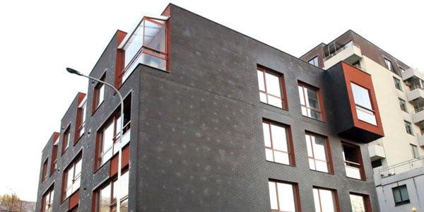 Tvirtinant termoizoliacines plokštes per giliai įspraustos smeigės gali sukelti nemalonumų – kintant oro sąlygoms, tamsius fasadus nusėja dėmės.