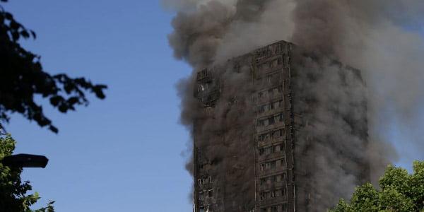 Daugiabučio gaisras Londone. Scanpix nuotr.