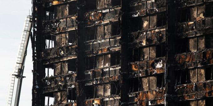 """Daugiabučio gaisras Londone. """"Reuters"""" nuotr."""