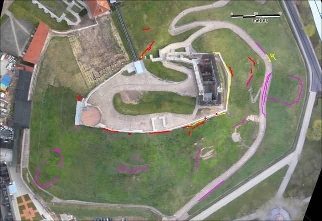 Gedimino kalno piliakalnio centrinės dalies vaizdas su deformacijų matavimais: 2017-10-30 (geltona), 2017-11-03 (raudona), 2017-11-06 (violetinė spalva).