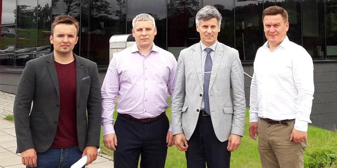"""Nuotraukoje (iš dešinės): Kęstutis Vaicekiūtis, UAB """"Grinda"""" direktorius; Dalius Gedvilas, Lietuvos statybininkų asociacijos prezidentas; Dalius Kuliešius, UAB """"Grinda"""" technikos direktorius; Tadas Autukas, UAB """"Grinda"""" darbų vadovas."""