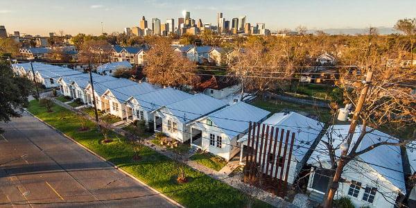 """Apleistame afroamerikietiškame rajone Rick Lowe įkurtas gyvenamųjų namų kvartalas """"Project Row Houses"""", Hiustono (JAV) panorama (Project Row Houses nuotr.)"""