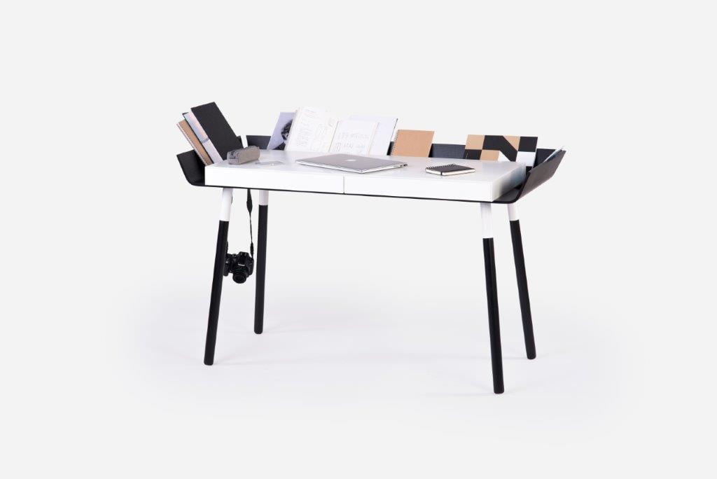 Inesos Malafej sukurtas originalus rašomasis stalas.