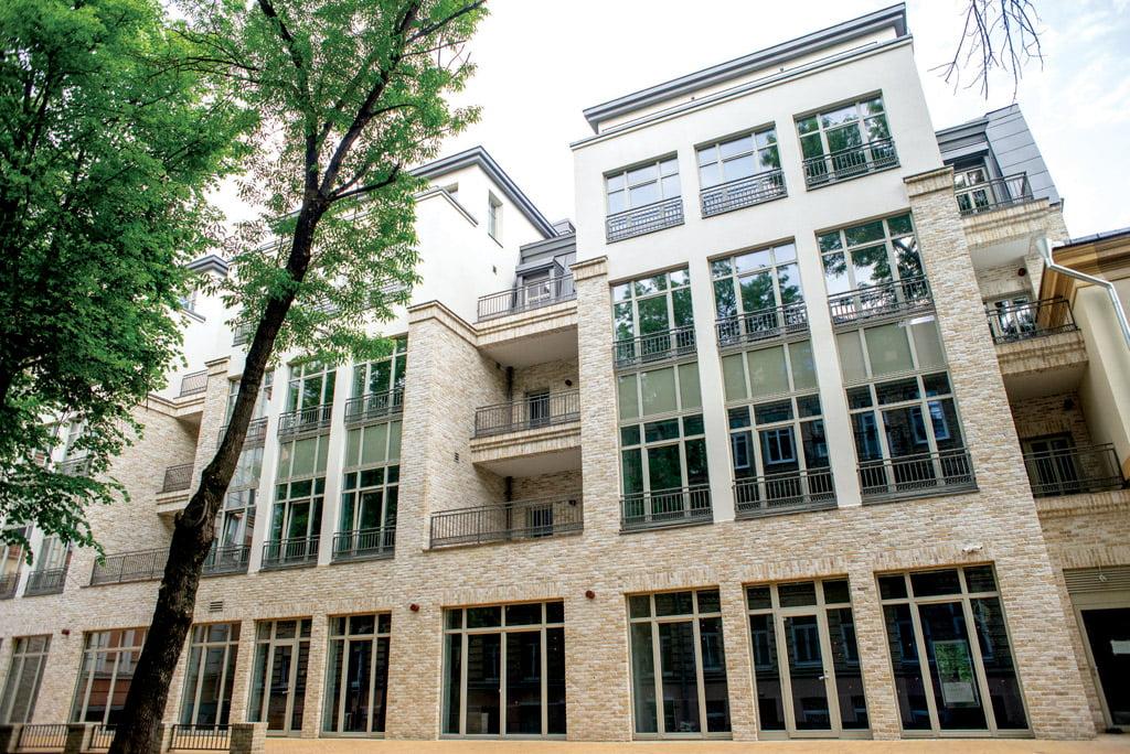 Projektas išskirtinis dėl dviejų visiškai skirtingų fasadų, vieną kurių reikėjo restauruoti, o kitą apdailinti taip, kad jis pernelyg neišsiskirtų aplinkoje.