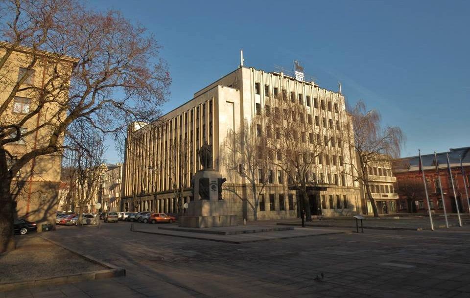 Buvusios Valstybės taupomosios kasos (dab. Kauno miesto savivaldybė) Laisvės al., 1940 m., kartu su B. Elsbergu ir A. Lokošaičiu. G. Oržikausko nuotr.