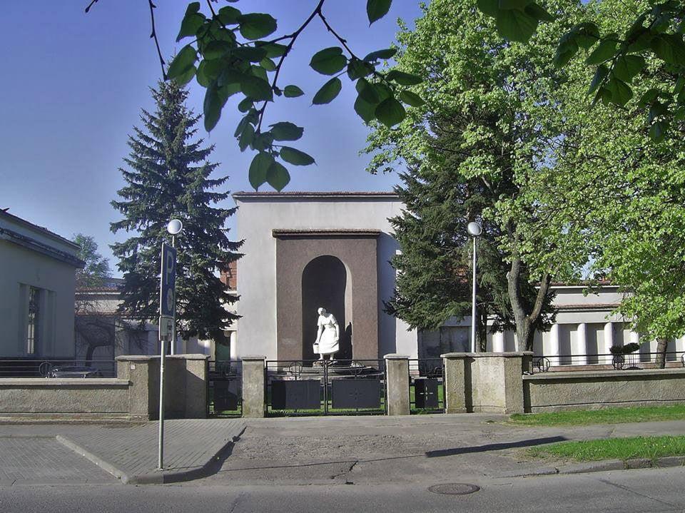 """Žaliakalnio vandentiekio stotis Aukštaičių g., suprojektuota 1938 m. Nišoje matoma Broniaus Pundziaus sukurta skulptūra """"Vandens nešėja"""". G. Oržikausko nuotr."""