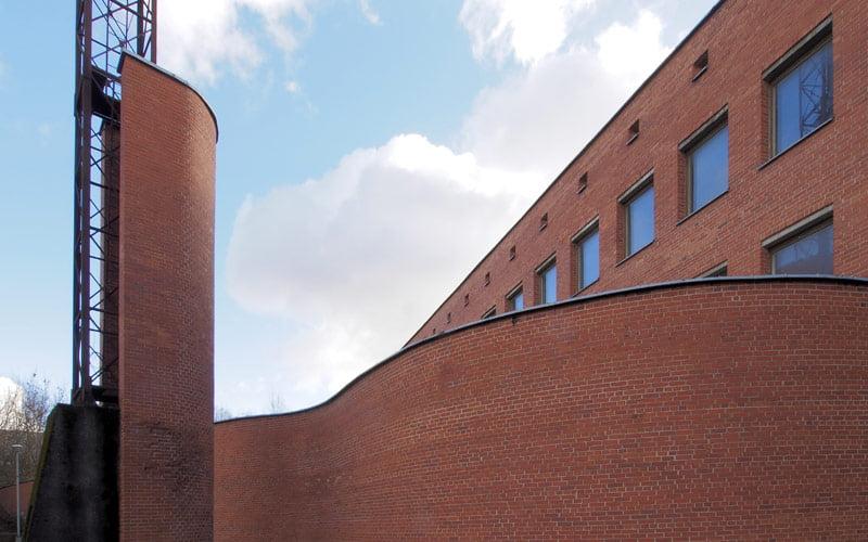 Nacionalinės premijos laureatų Kęstučio Pempės ir Gyčio Ramunio 1985 metais suprojektuotas, postmodernizmo grynuoliu vadinamas, ne vieną apdovanojimą pelnęs buvęs Kelių policijos pastatas sostinės Giraitės gatvėje suvienijo jį išsaugoti norėjusius architektus. Audriaus Ambraso nuotr.