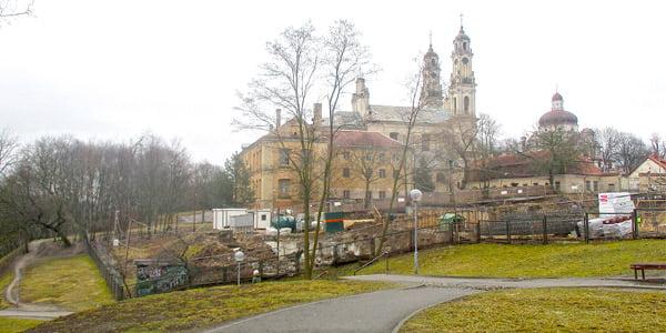Statybos darbai buvusioje Vilniaus misionierių vienuolyno ir Viešpaties Dangun Žengimo bažnyčios teritorijoje.<br>Gyčio Oržikausko nuotr.