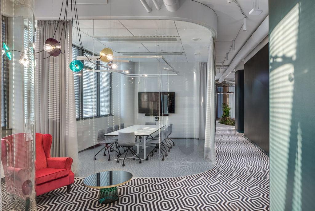 Akustinį komfortą bendradarbystės erdvėje kuria modulinės pertvaros, kiliminė danga ir lubos. Be to, visuose kabinetuose daugybė užuolaidų, kurios ne tik suteikia privatumo bei jaukumo, bet ir patalpose padeda suvaldyti garsą.