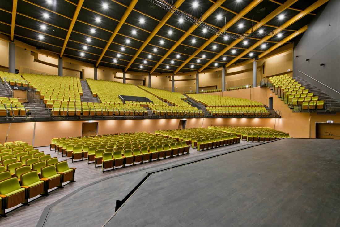 Skritulio formos koncertų salėje įrengta 2200 sėdimų vietų.