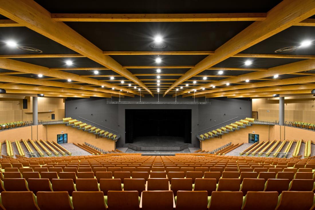 Koncertų salės luboms panaudotos pirmosios pasaulyje užpatentuotos besiūlės įtempiamos lubos.