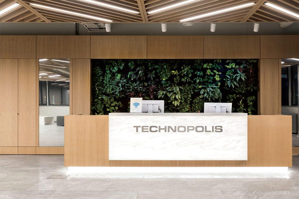 Registratūroje įrengta žalioji natūralių augalų siena.