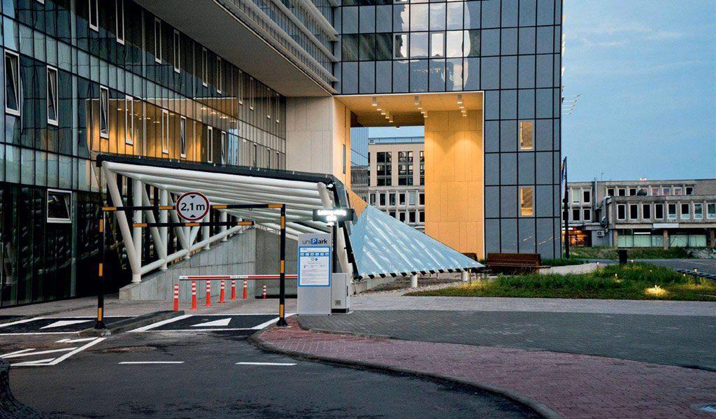 Viešbučio svečiams įrengta požeminė dviejų aukštų automobilių stovėjimo aikštelė.