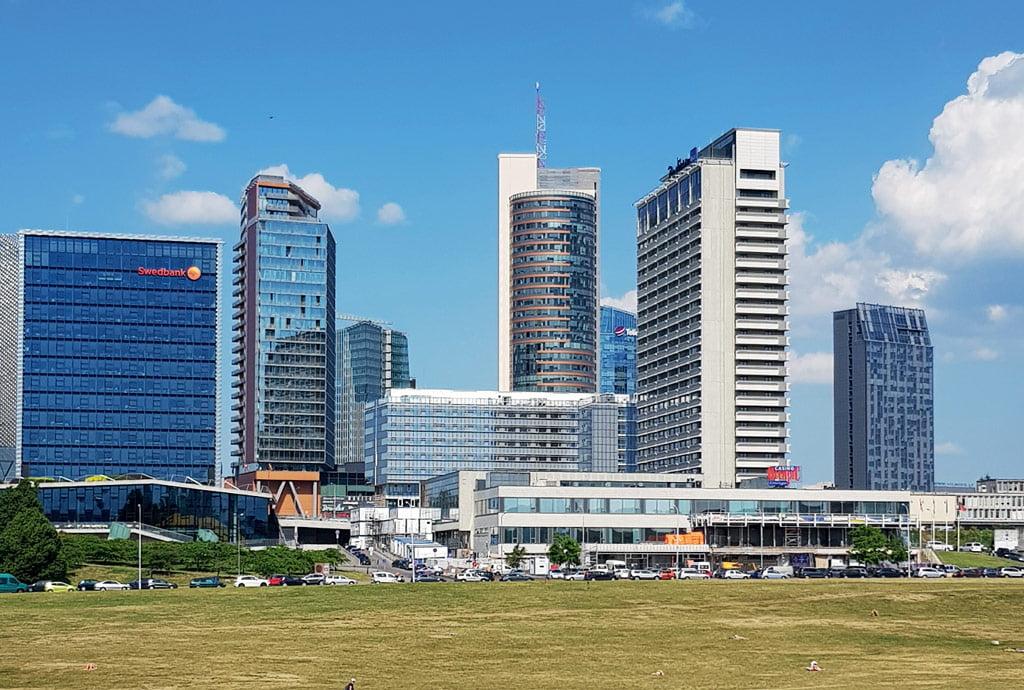 Projektuodamas naująjį viešbučio pastatą, architektas žinojo – jis nebus lyderis, labiau fonas aukštybiniams pastatams.