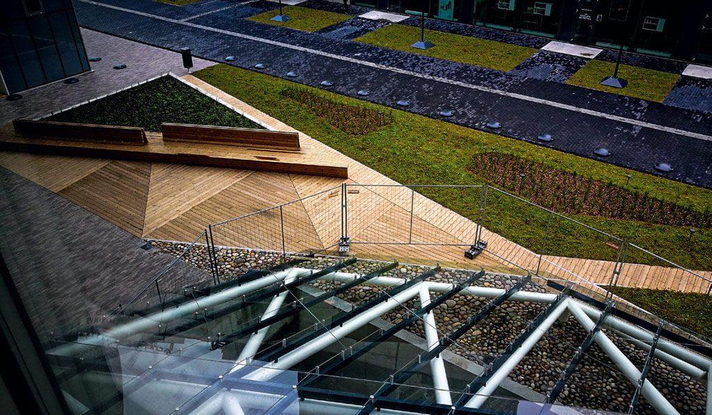 Žemutinės pastato dalies stogas tapo apželdinta terasa.