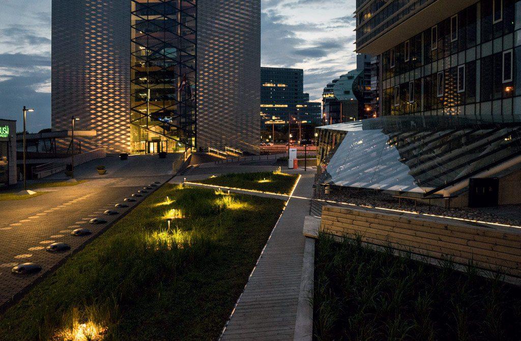 Architektai akcentuodami svarbiausias pastato dalis išskyrė apšviečiamus elementus.