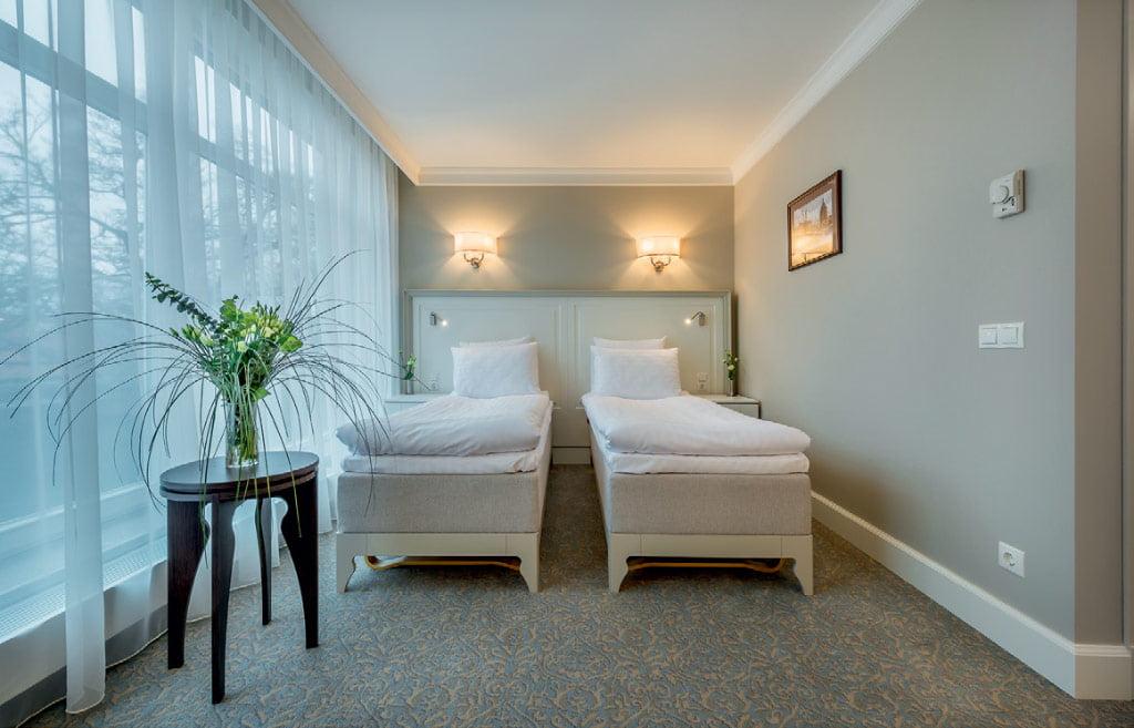 Baldai viešbutyje nėra labai sudėtingi, tačiau kelios klasikinės detalės suteikė jiems elegancijos. Laimono Ciūnio nuotr.
