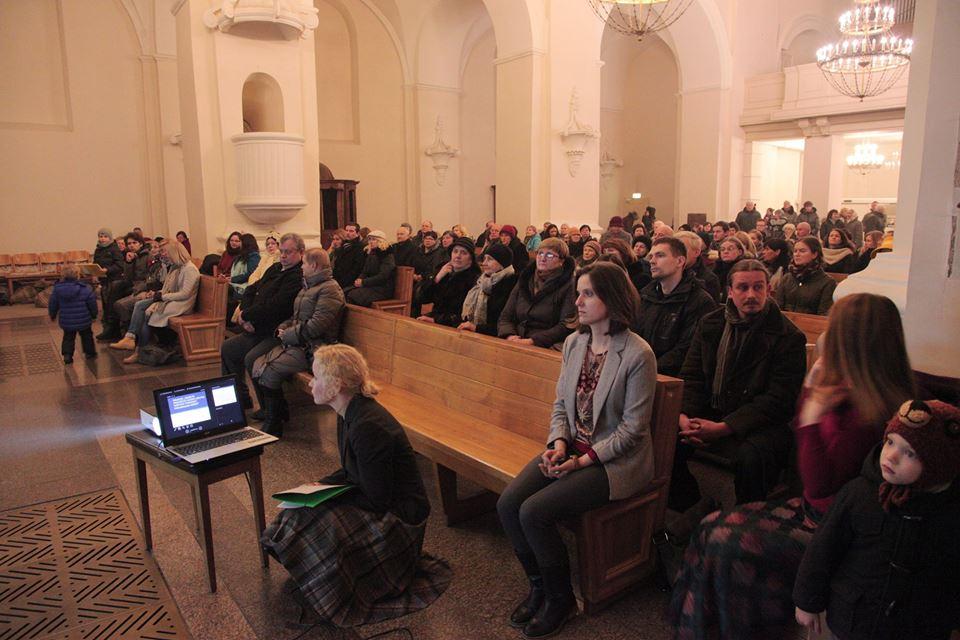 Pilna bažnyčia žmonių klausėsi restauratorių pristatymų apie fasadų restauravimo procesą. Raimondo Urbakavičiaus nuotr.
