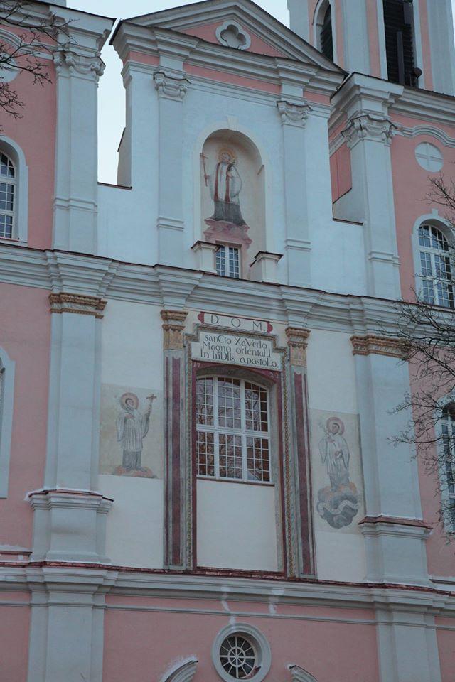 2015 metais šiauriniame fasade atrastos freskos - trijų šventųjų figūrinės kompozicijos, kurios šiemet buvo restauruotos. Raimondo Urbakavičiaus nuotr.