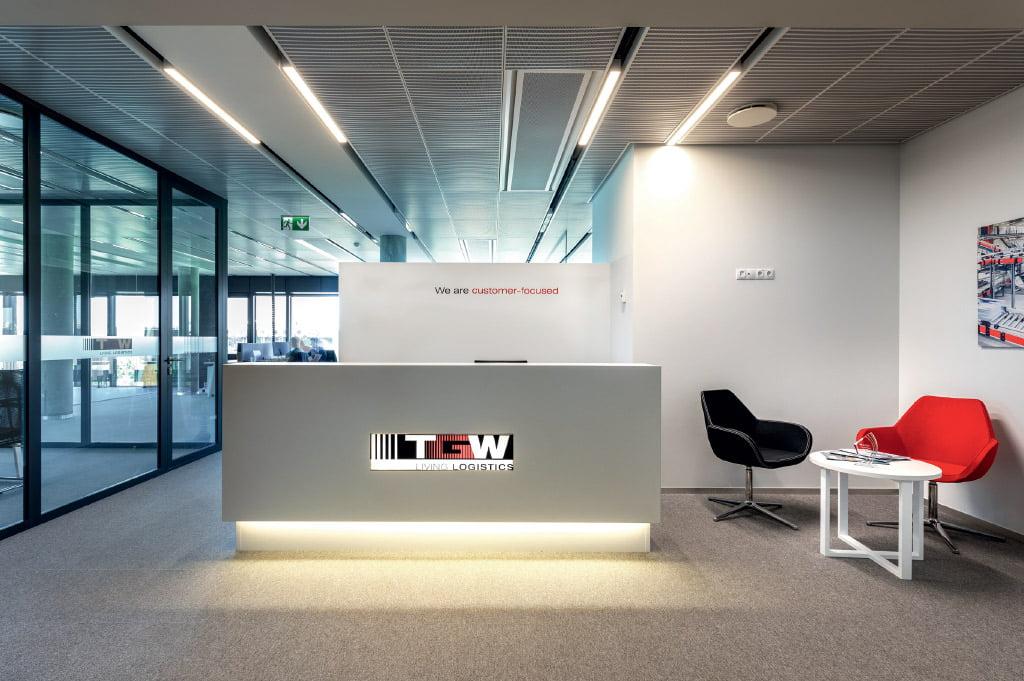 """Bendrovė """"TGW Limited"""" biurui pasirinko minimalistinį stilių, kuris gerai dera su viso pastato koncepcija. Evaldo Lusio nuotr."""