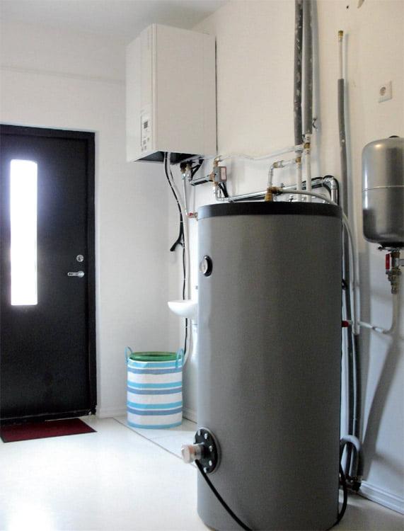 Nors buitinio vandens šildytuvas nėra integruotas į bendrą bloką, įranga katilinėje užima nedaug vietos.