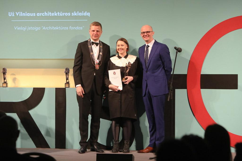 """Apdovanojimą atsiėmė """"Architektūros fondo"""" direktorė Sandra Šlepikaitė. S. Žiūros nuotr."""