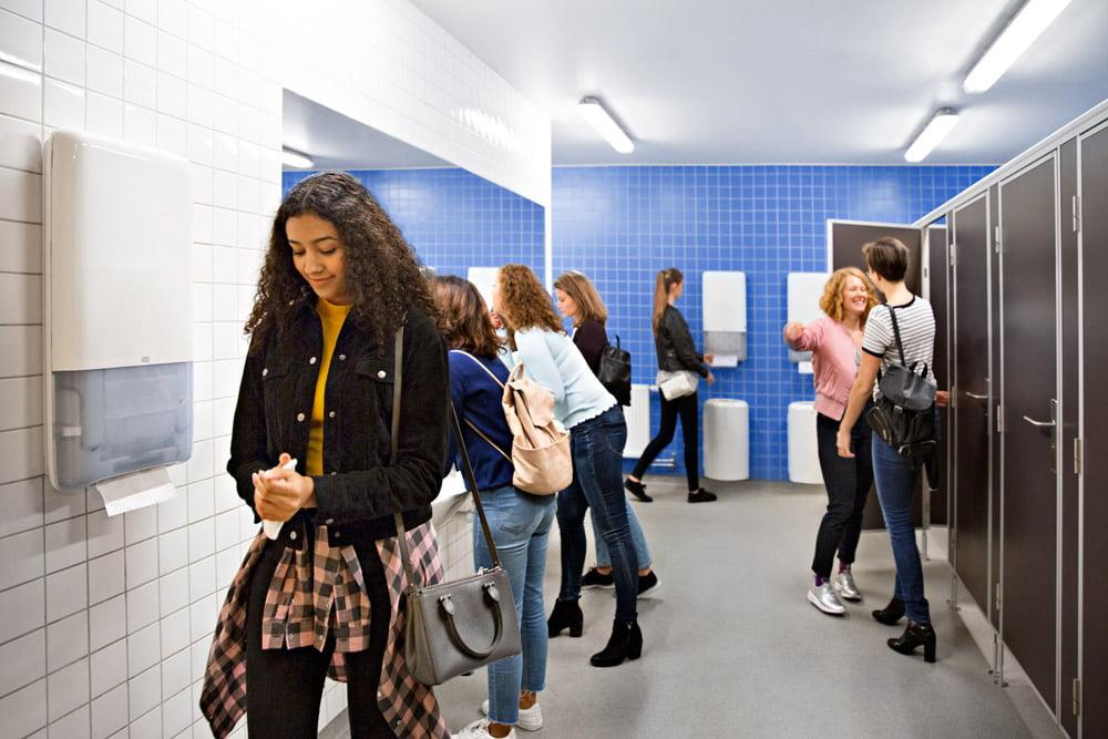 """""""Tork PeakServe®"""" – patikimas sprendimas higieninėms patalpoms, kuriose lankosi daug žmonių. """"Tork"""" nuotr."""