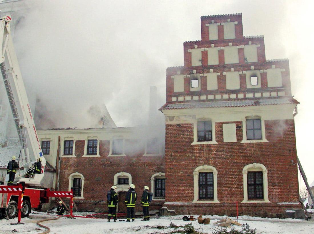 Gesinti degantį Tytuvėnų vienuolyną gaisrininkams sekėsi labai sunkiai: mineralinėje vatoje susikaupęs karštis persiduoda pastato konstrukcijoms ir skatina tolesnį degimą. P. Kanevičiaus nuotr.