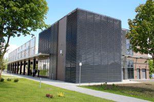 Autobusų stoties pastatą išskiria tarpusavyje derinamos fasadų apdailos medžiagos.