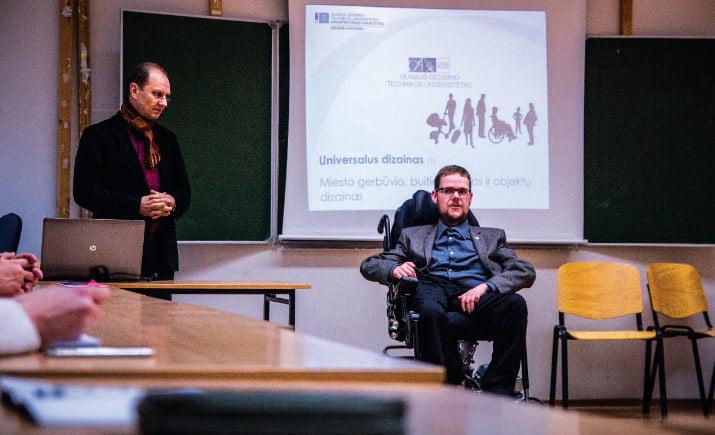 VGTU Dizaino katedros studentai ir pedagoginis personalas universalaus dizaino sprendimus analizuoja diskutuodami su specialiųjų poreikių turinčiais žmonėmis (katedros svečias LRS narys Justas Džiugelis).