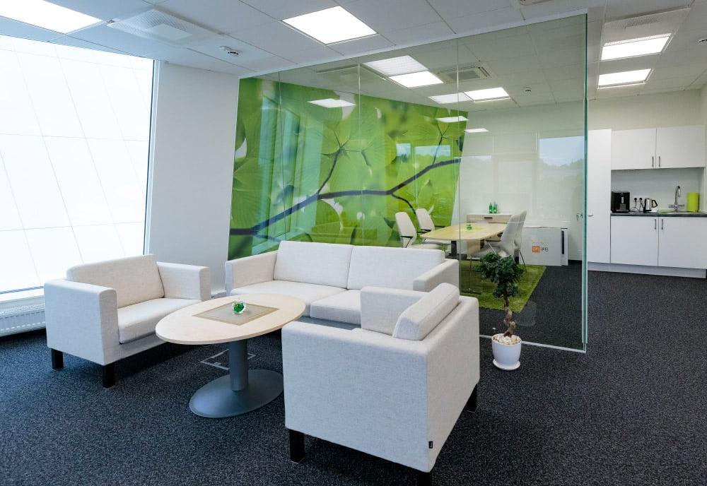 Verslo centre daug dėmesio skirta biurų įrangos kokybei ir funkcionalumui.