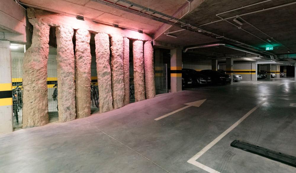 Automobiliams įrengta dviejų lygių požeminė aikštelė.