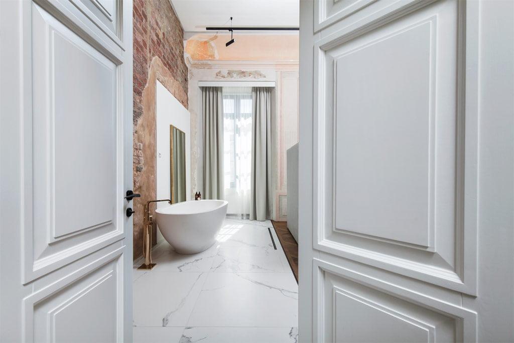 Viešbutyje pasirinkti kokybiški baldai, vyrauja natūralios medžiagos – medis, akmuo. Simono Linkevičiaus nuotr.