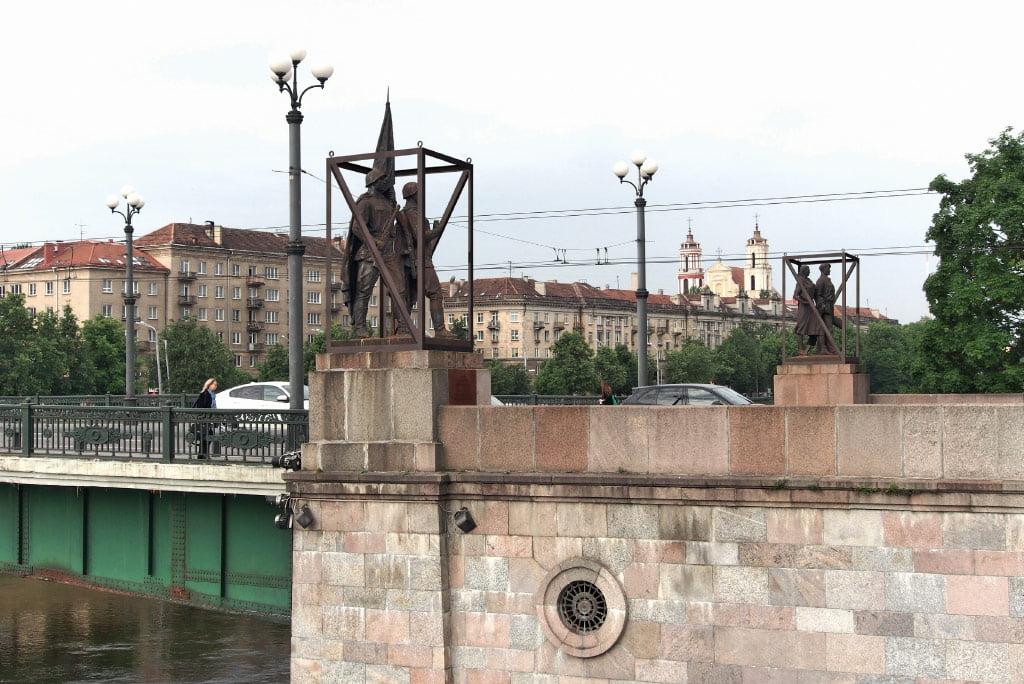 """Projektas """"Žaliojo tilto skulptūrų redukcija"""" prasidėjo tuo metu, kai viešojoje erdvėje netilo diskusija, ar palikti Žaliojo tilto skulptūras kaip skausmingos istorijos ženklus, ar jas nukelti. A. Ambraso nuotr."""