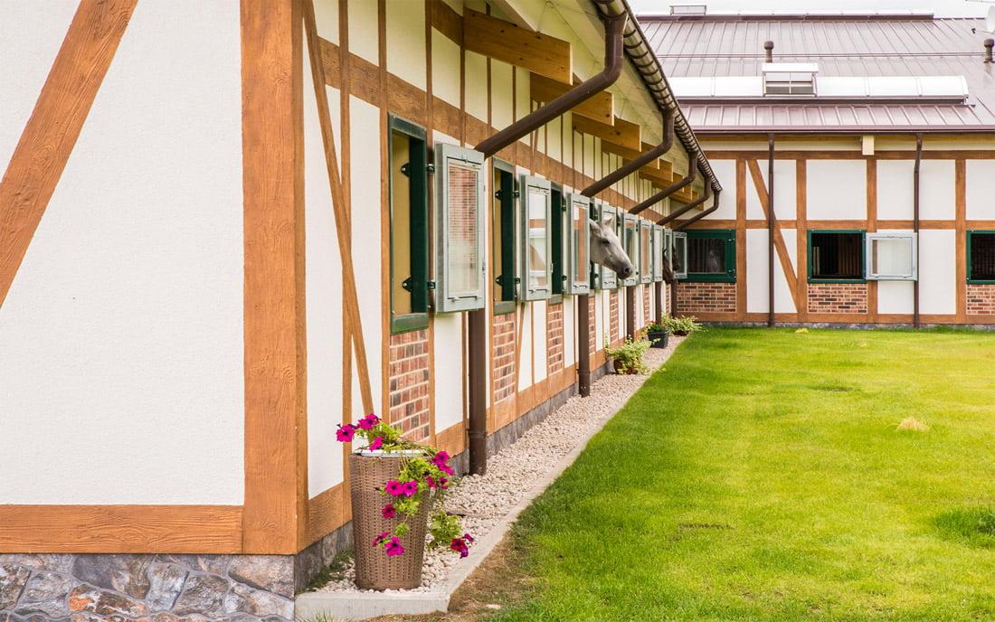 Fachverko konstrukcijos, panaudotos žirgyno komplekso pastatams, būdingos šimtamečiams Anglijos, Vokietijos žirgynams.